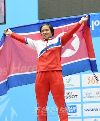 表彰台で笑顔を見せるキム・ウンジュ選手(写真:盧琴順)