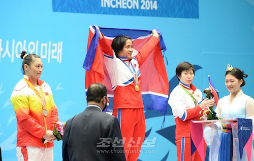 重量挙げ女子75級で金メダルを獲得したキム・ウンジュ選手(中央)。右は銅メダルのリム・ジョンシム選手(写真:盧琴順)
