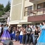 大盛況だったフィナーレ。写真は舞台で歌う京都朝鮮歌舞団と同胞たち