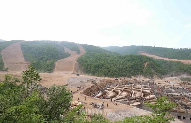 急ピッチで建設が進められている馬息嶺スキー場(写真はともに朝鮮中央通信=朝鮮通信)