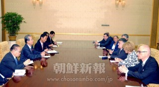 崔泰福議長を表敬訪問した欧州議会代表団(朝鮮中央通信=朝鮮通信)