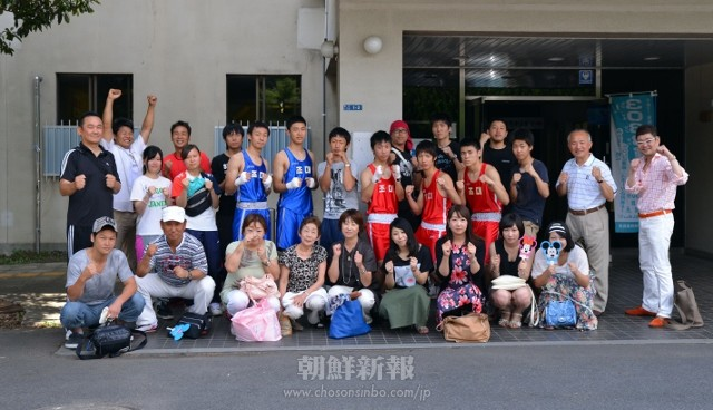朝大ボクシング部のメンバーや、応援に駆けつけた学父母、協会関係者、OB会の人々