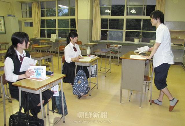 生徒たちも講師の話に熱心に耳を傾けている