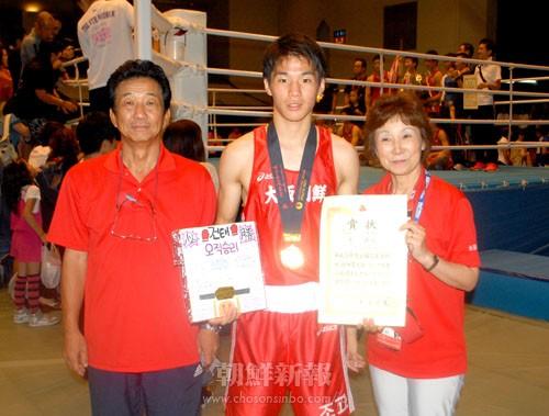 両親と記念撮影する李健太選手