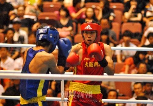 1回戦でTKO勝ちした大阪・李拳志選手(赤)