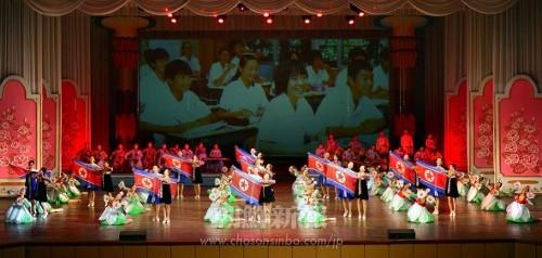 在日朝鮮学生少年芸術団が出演した9月の章の一場面。生徒たちは祖国への熱い思いを音楽と踊りで表現した(朝鮮中央通信=朝鮮通信)