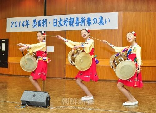 東京朝鮮第5初中級学校・初級部児童らによる朝鮮舞踊 東京朝鮮第5初中級学校・初級部児童らによる朝