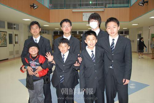 男子寄宿生とともに(左手前から朴悠太、朴拓道、朴遼一さん)