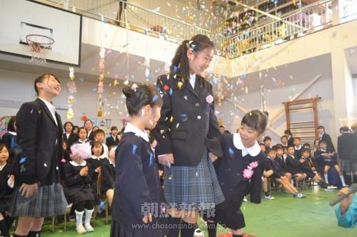 祝福を受ける初級部の新入生