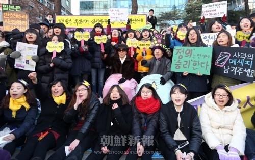 ソウルの日本大使館前で「慰安婦」被害者のハルモニたちと共に日本政府の謝罪を求める人々(2012年12月19日、連合ニュース)