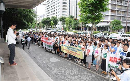 雨の中、1000人の参加者たちが抗議の声をあげた。