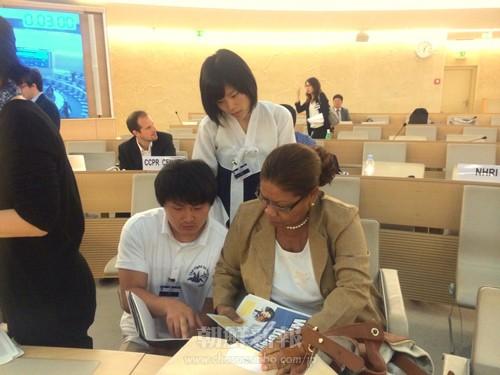 朝鮮学校や民族教育の権利問題について説明し資料を配る代表団メンバーら