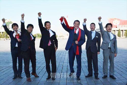 生中継で日本にメッセージを送る、猪木氏をはじめとした国会議員代表団(写真:金淑美)