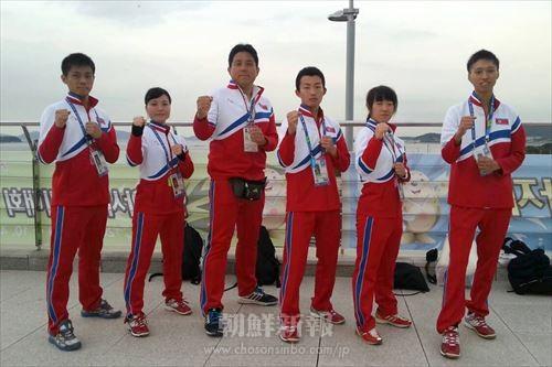 仁川アジア大会空手競技に出場した選手とともに(左から3番目が筆者)