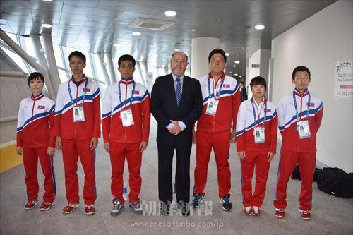 世界空手道連盟のアントニオ・エスピノス会長と写真に収まる同胞空手選手、監督
