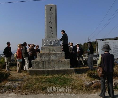 東学革命謀議塔(全羅北道井邑市)―基壇のムクゲの花は現在はない―