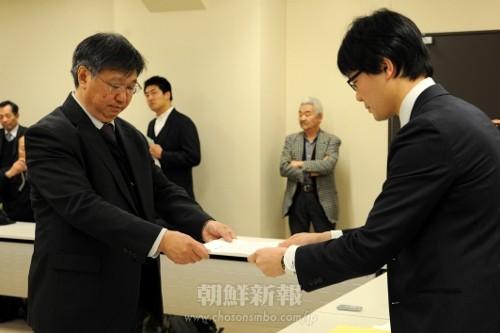 文科相あての要請書を関係者に手渡す朝鮮高校生裁判支援全国統一行動実行委員会の関係者(左)