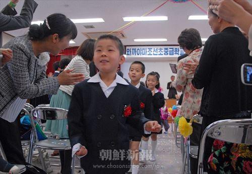 新入生たちを参加者たちが温かく祝福した。