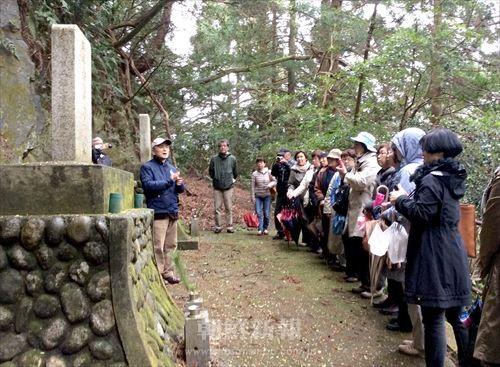 本山寺近くに建てられた「朝鮮人慰霊碑」(手前)と「中国人慰霊碑」