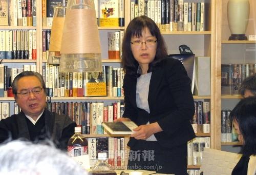 新著について語る詩人の河津聖恵さん