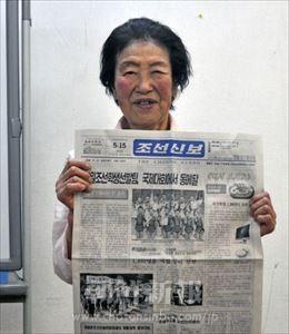 長年、朝鮮新報を愛読する卓正淑...