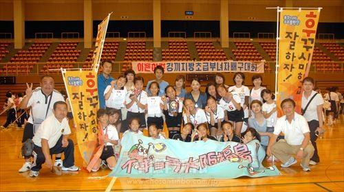 初の3位に輝いた大阪福島の選手と保護者、関係者たち