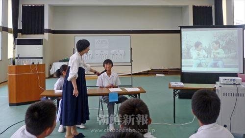 岡山初中講堂で行われた日本語発表会