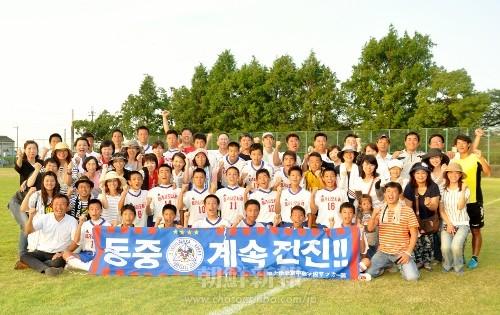 「全国大会」出場を決め喜ぶ東大阪中級サッカー部員と保護者、関係者ら