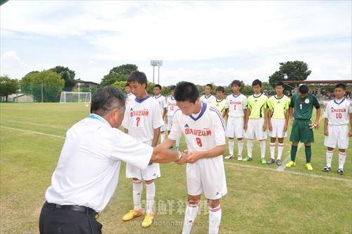 3位の表彰状を受け取る東大阪中級サッカー部の主将