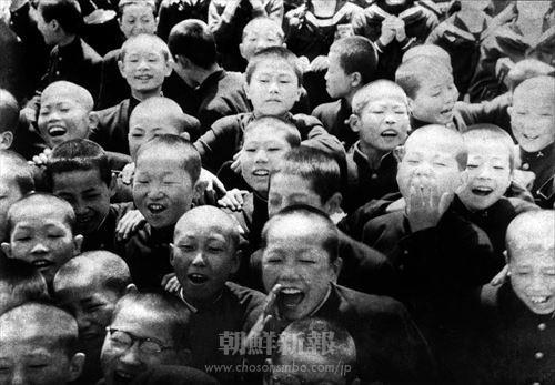 祖国から教育援助費と奨学金が送られたという知らせに大喜びをする東京朝鮮中1初学校学校の児童たち(1957年4月8日)