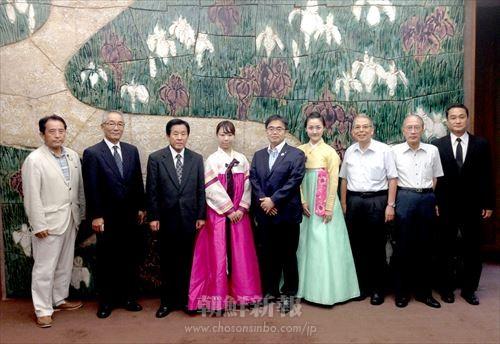 愛知県知事を表敬訪問した歌劇団のメンバーと実行委員たち