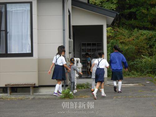 改修後、新たに設けられた玄関から校舎に入る子どもたち