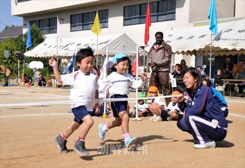 新しい園児を迎えて行われた奈良朝鮮幼稚班・同胞運動会