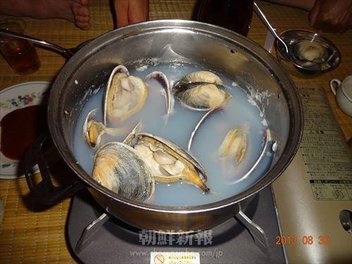 大きな蛤をグツグツ煮込む