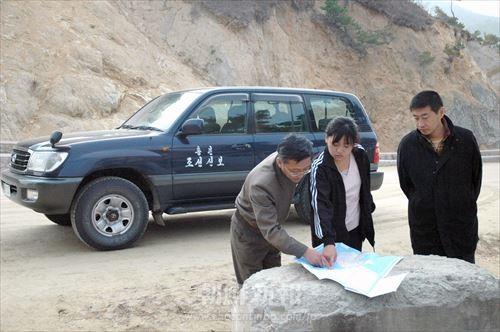 平壌に滞在しながら、朝鮮各地を取材する本紙記者たち(咸鏡北道清津市に向かう途中、09年11月8日)