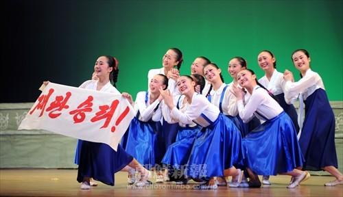 京都中高中級部舞踊部の群舞「手に手をとって」(写真・李哲史)
