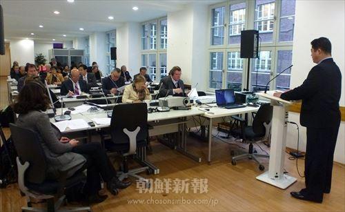 ベルリンで開かれた「第2回朝鮮半島の平和と安全に関する国際シンポジウム」のもよう 米国の反戦運動団体・ANSWERのマイケル・ベーカー共同代表。今回のシンポの司会。 朝鮮の祖国統一研究所リム・ヨンチョル所長 米国の法律家、マラさん 会議に参加した筆者