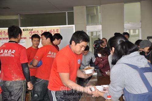 大阪朝高ラグビー部のオモニなどが東京朝高の選手たちに昼ご飯を準備した。