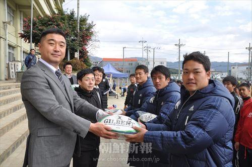 大阪府青商会と朝青大阪府本部が東京朝高ラグビー部(右)に公式ボールを贈った。