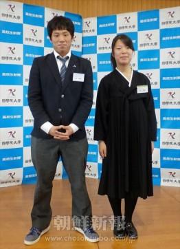 全国高校生創作コンテストで佳作に入賞した神戸朝高の魯暎史さん(左)と禹琴香さん