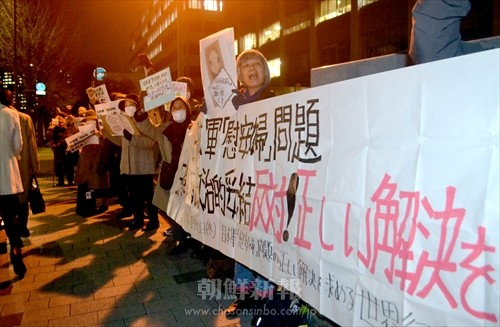 総勢100人の市民が抗議の声をあげた