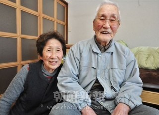 韓聖福さん(右)と妻の玉命斗さん