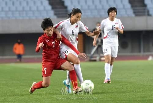 相手と競り合うDFキム・ウンヒャン選手(写真:盧琴順)