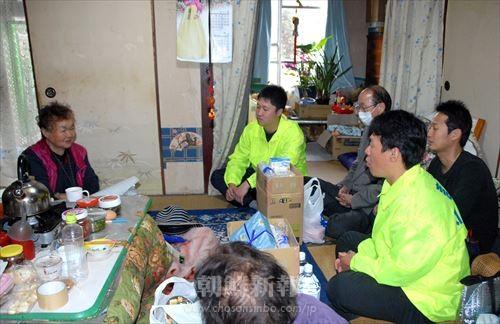 被災した同胞を励ましながら生活状況を確認する総聯活動家たち