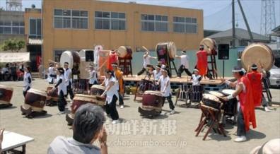 舞台では、さまざまな演目が披露された。(写真は和太鼓グループ「琉翔」)