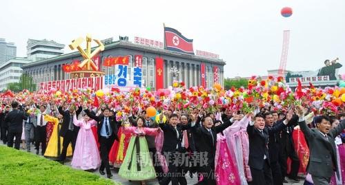 金日成広場で行われた市民パレードの様子