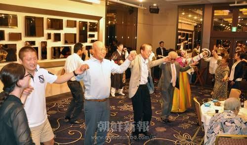 参加者たちは笑顔を浮かべながら、朝鮮民謡に合わせて踊りの輪を広げた