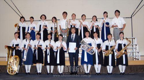 府大会で優秀賞に輝いた大阪朝高吹奏楽部員と、指導教員たち