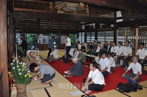 犠牲者の冥福を祈り、焼香する参加者たち