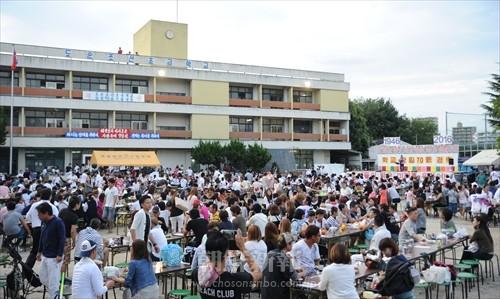 1600余人が集まり学校創立70周年を祝った